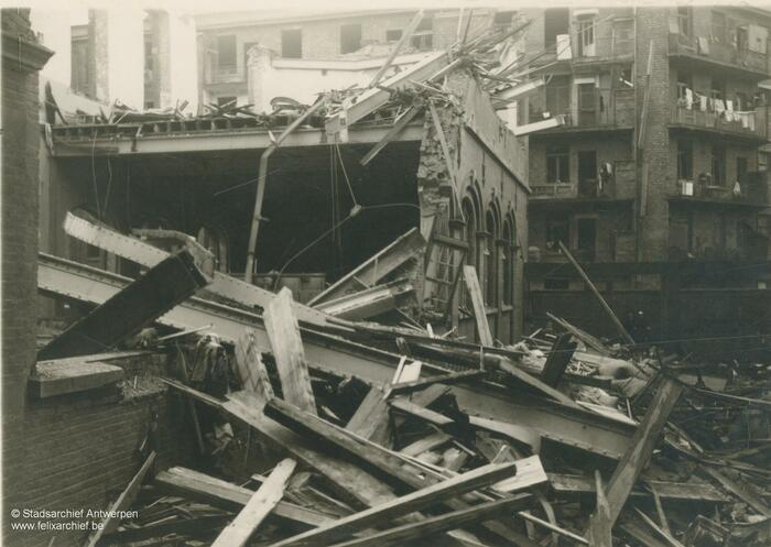 Rubble in Durletstraat after a V bomb exploded